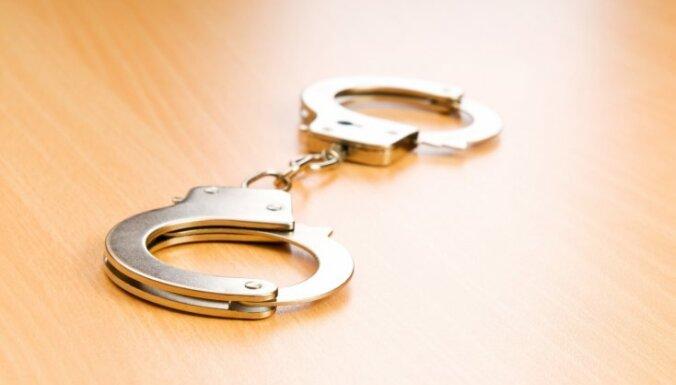 Par spiegošanu aizturēto bijušo IeM Informācijas centra darbinieku patur apcietinājumā