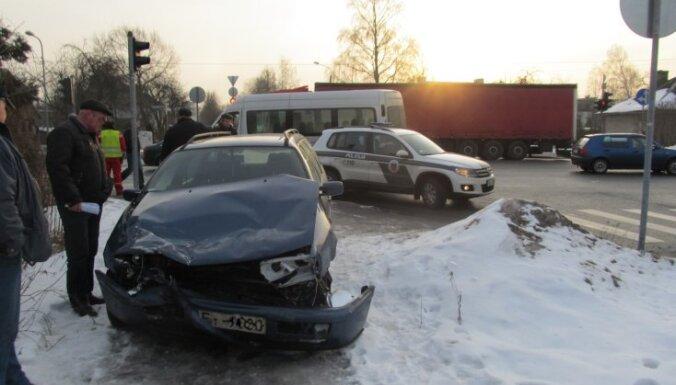 Divu auto sadursmē Rīgā cieš pieci cilvēki