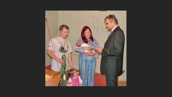 """Ainars Baštiks, bērnu un ģimenes lietu ministrs, ciemojas pie """"Delfi bēbja"""" māmiņas Līgas un viņas ģimenes."""