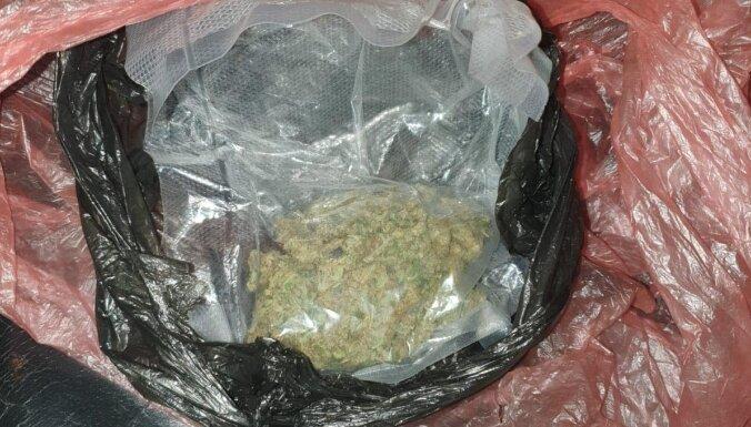ФОТО. Полиция с помощью служебной собаки нашла мешок марихуаны