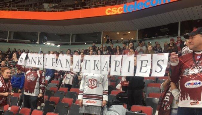'Ankipān, atkāpies' – Rīgas 'Dinamo' līdzjutējiem apsargi atņem plakātu