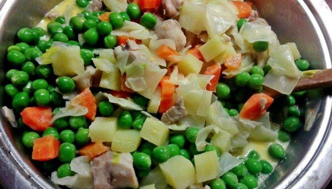 Vienkāršais dārzeņu sautējums ar vistu un zaļajiem zirnīšiem