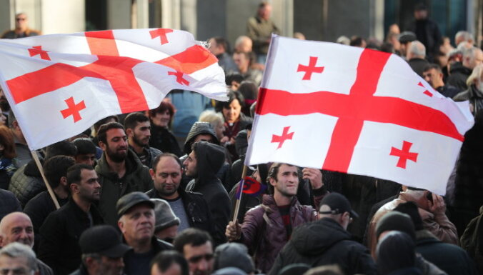 """У Грузии нет президента"": тысячи человек протестуют на улицах Тбилиси"