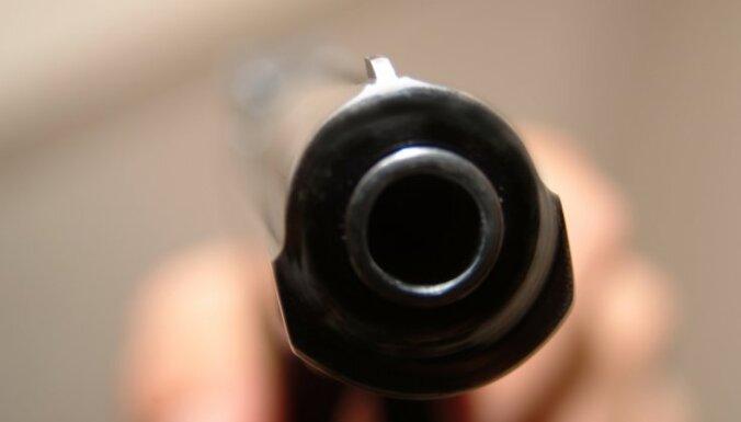 Iereibis vīrietis sit vecmammu un ar gāzes pistoli tēmē uz policistiem