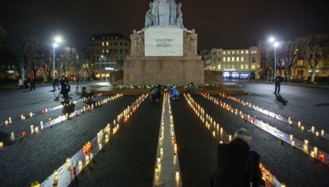 Foto: Pie Brīvības pieminekļa piemin Rumbulas traģēdijas 76. gadadienu