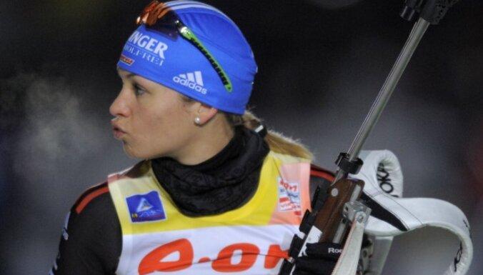 Нойнер в эстафете выиграла 12-е золото, Латвия не финишировала