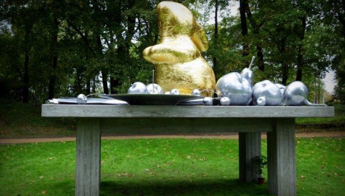 Botāniskajā dārzā uz palikšanu atklāts jauno mākslinieku darbs 'Klusā daba'