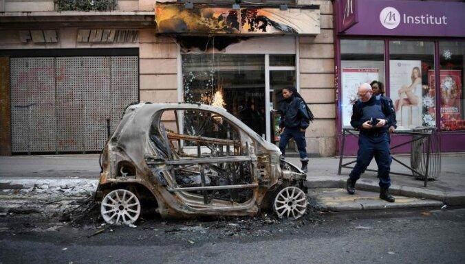 """ФОТО. """"Вид катастрофический"""": Париж приходит в себя после протестов """"желтых жилетов"""""""