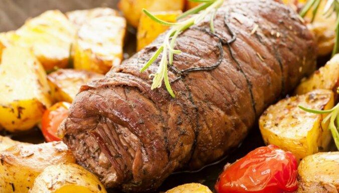 Liellopu gaļas rulete ar sēnēm uzkodu galdam