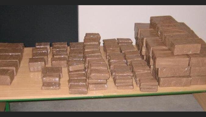 Atrod vienu daudzmiljonu eiro vērtā hašiša kontrabandas lietā meklēto; tiesa viņu atbrīvo