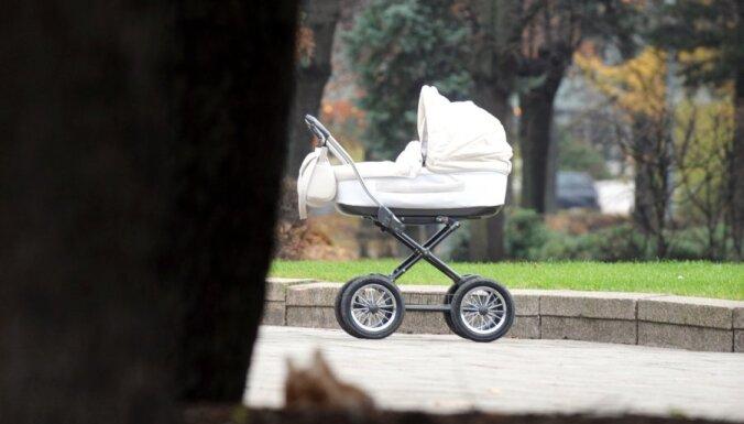 ВИДЕО: Полиция разыскивает мужчину, на электроскейте толкавшего по проезжей части коляску с детьми