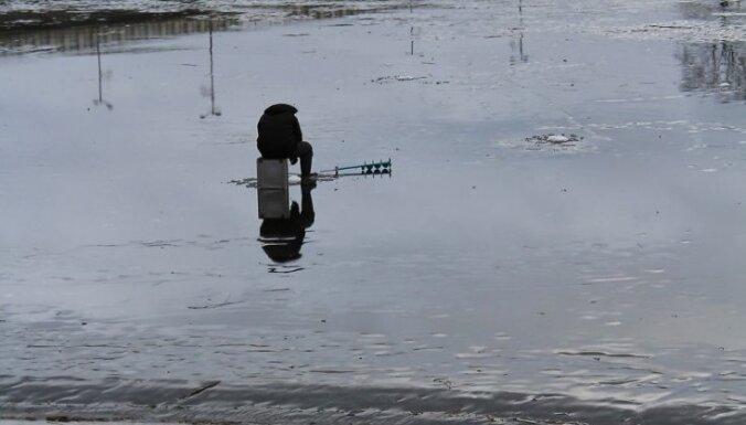 Foto: Ledus kušana neaptur makšķernieku no kāpšanas uz ledus