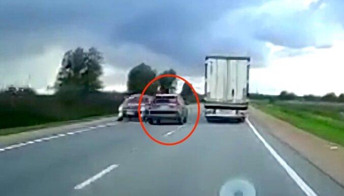 Video: Uz Rīgas apvedceļa ar koplietošanas auto veic bīstamu apdzīšanu