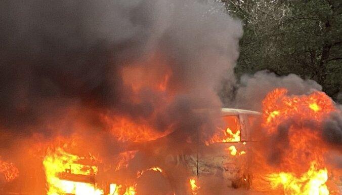 Foto: Jaunmārupē uz ceļa ar lielām liesmām deg automašīna