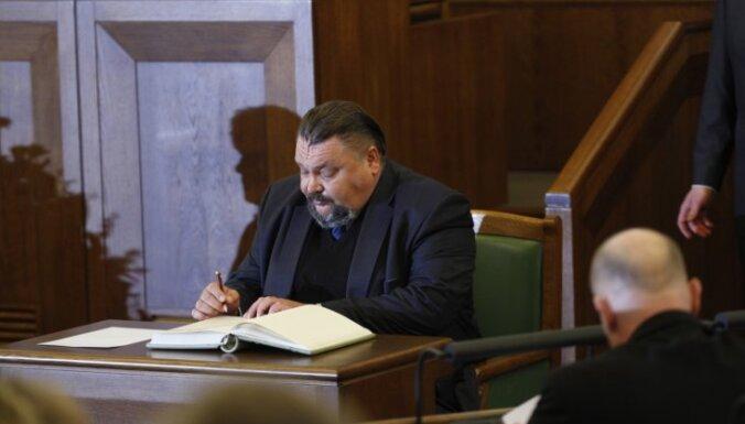 Kravcovs uzrunā Saeimu latviski; viņa izslēgšanu vērtēs komisijās