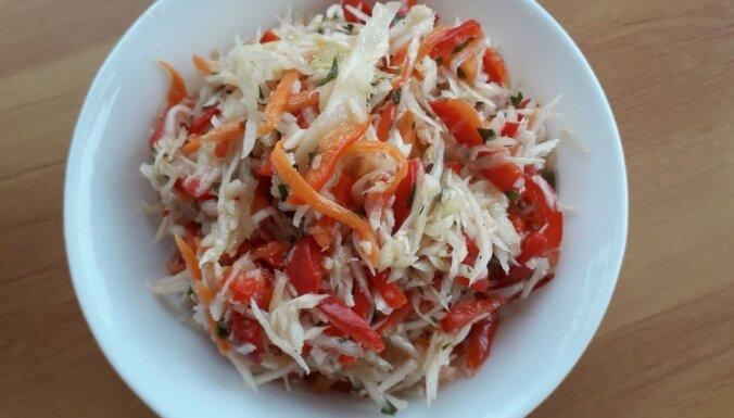 Kāpostu-burkānu un paprikas salāti maigā marinādē