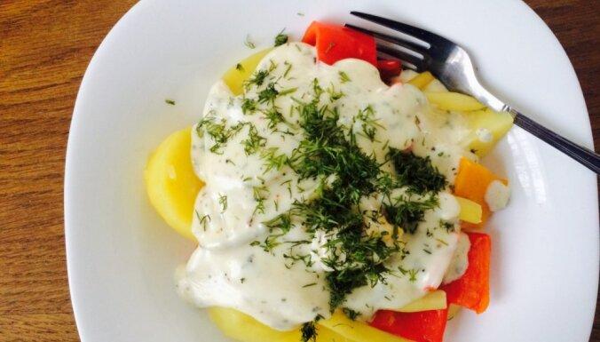 Tvaicēti dārzeņi ar sātīgu siera mērci