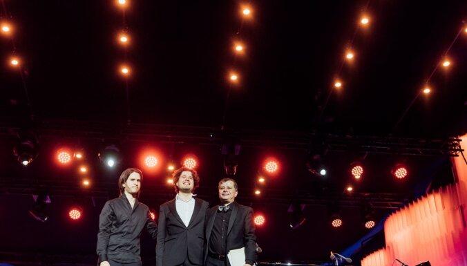 Foto: Ar stāvovācijām izskanējis 'Trīs Osokinu' koncerts Dzintaros
