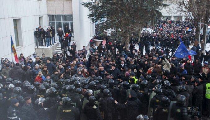 Moldovas parlaments apstiprina jauno valdību; protestētāji ēku pametuši