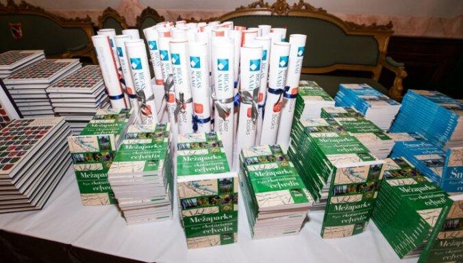 Foto: Draudzīgā aicinājuma dienā Rīgas skolām dāvina 120 000 e-grāmatu