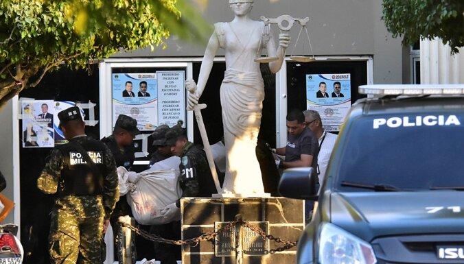 Bruņoti gangsteri Hondurasā ielaužas tiesas zālē un atbrīvo grupējuma līderi