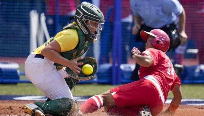 Tokijas olimpisko spēļu sacensības sākas ar Japānas, ASV un Kanādas uzvarām softbola turnīrā