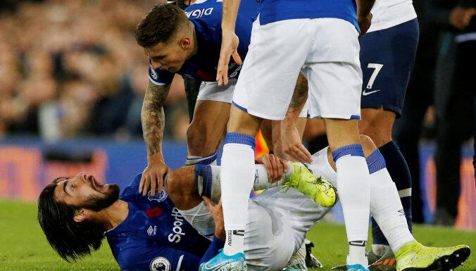 """ВИДЕО: Страшный перелом. Футболист """"Эвертона"""" получил тяжелейшую травму"""