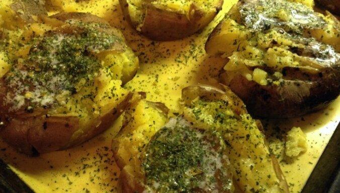 Kartupeļu pusītes ar garšaugu sviestu