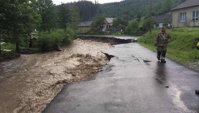 Lietusgāzes atkal appludina Ukrainas Aizkarpatu apgabalu