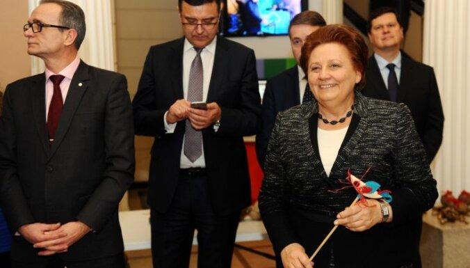 Foto: Straujuma un viņas ministri izrotā Ziemassvētku eglīti