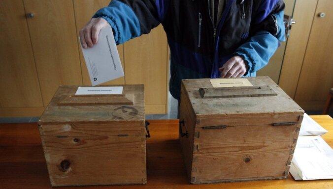 Šveices vēlētāji referendumā atbalsta notiesāto ārvalstnieku izraidīšanu; noraida minimālās nodokļu likmes noteikšanu turīgajiem