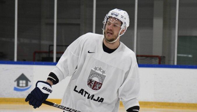 В первом звене сборной Латвии тренируются Даугавиньш, Дарзиньш и Аболс
