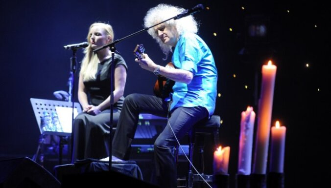 Foto: Leģendārais grupas 'Queen' ģitārists Mejs pieskandina 'Arēnu Rīga'