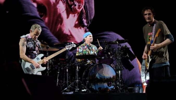 Foto: Lucavsalu pieducina pamatīgs 'Red Hot Chili Peppers' rokmūzikas pērkons