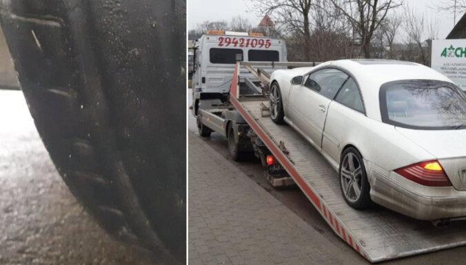 Foto: Bauskā policija atņem numurzīmes 'Mercedes' ar 'plikām' vasaras riepām