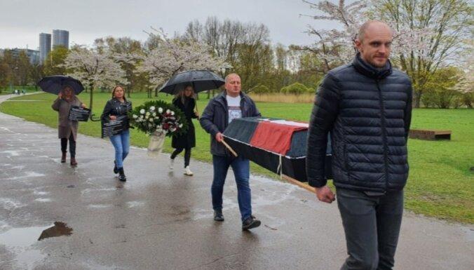 ФОТО: Противники 9 мая принесли гроб к монументу в Пардаугаве