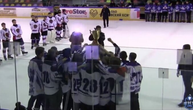 Video: Daugavpils jaunie hokejisti patīkami pārsteidz ar Latvijas himnas dziedāšanu Baltkrievijā