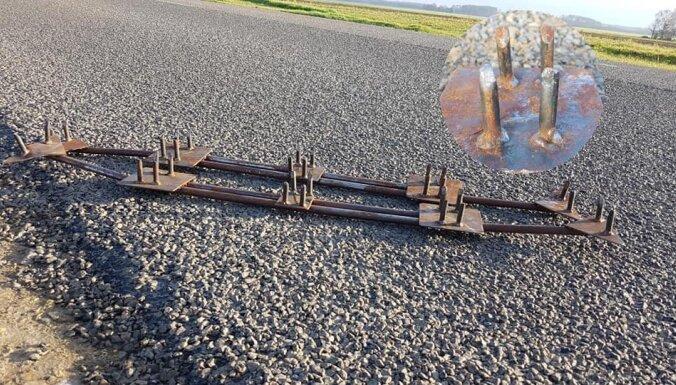 Foto: Uz autoceļa Tērvetes pagastā novietoti metāla dzelkšņi