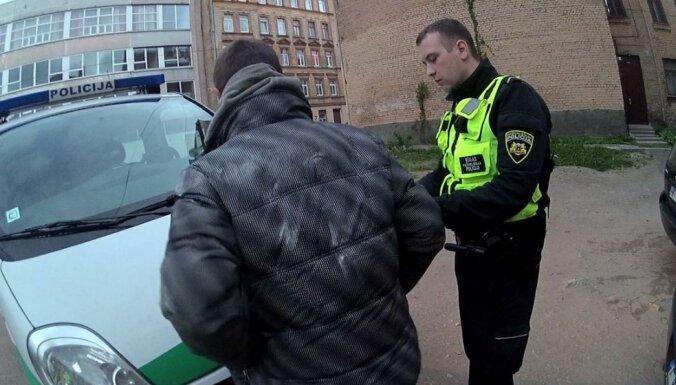 Полиция прибыла по вызову на улицу Маскавас и задержала троих разыскиваемых