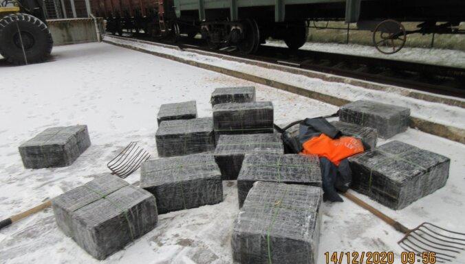 Foto: Kravas vilcienos likumsargi uziet 450 000 kontrabandas cigarešu