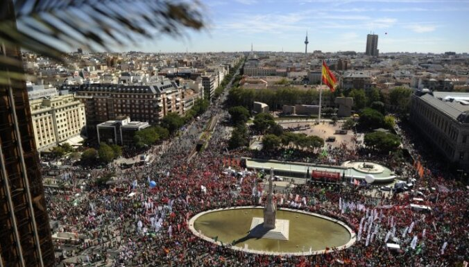Madridē tūkstošiem cilvēku no visas Spānijas protestē pret valdības taupības pasākumiem