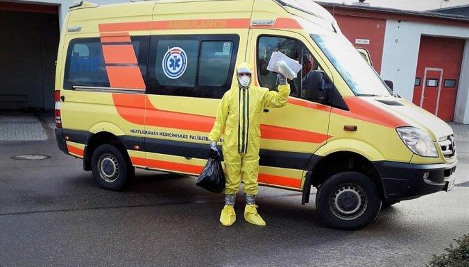 ФОТО: Читателя встревожил работник скорой в защитном костюме