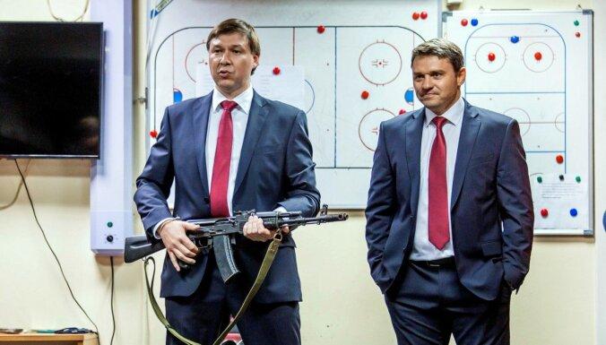 Video: Krievijā hokeja komandai par ceļojošo balvu kļūst AK-47