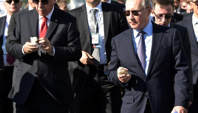 ВИДЕО: Путин на МАКС-2019 купил мороженое у той же продавщицы, что и в 2017 году