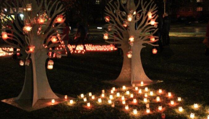 ФОТО: Цветы, свечи, фейерверк – как елгавчане отметили День независимости Латвии