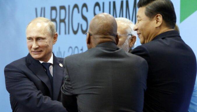 Krievija un BRICS grib izaicināt ASV ietekmi un pretoties sankcijām; militārās savienības nebūs, norāda Putins