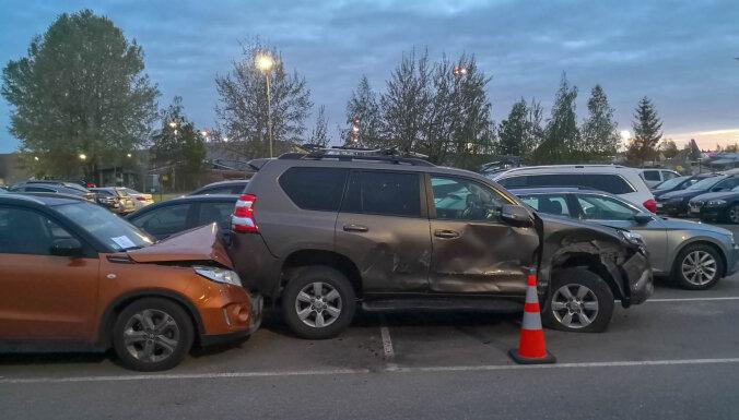 ФОТО: В Риге на парковке у аэропорта разбиты три машины
