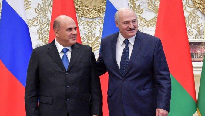 Lukašenko piespēlē Kremlim: pārtvertas sarunas apliecinot Navaļnija saindēšanas 'falsifikāciju'