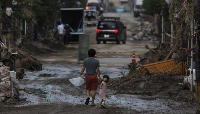 Japānā lietusgāžu izraisītie plūdi izolējuši simtiem cilvēku