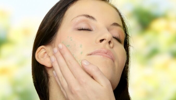 Atgūsti ādas svaigumu pēc svētkiem - kā veikt sejas masāžu mājās?
